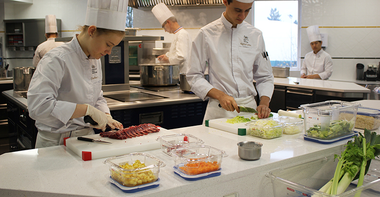 Estudiantes del Instituto Paul Bocuse utilizando los productos de Araven...